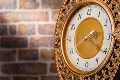 tegelstenar clock den gammala väggen Arkivfoton