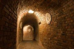 tegelstenar gjorde den medeltida tunnelen royaltyfria bilder