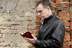 Tegelstenar och bibeln Arkivfoto