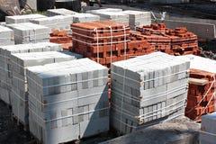 Tegelstenar och konkreta kvarter på en byggnadsplats Arkivbild