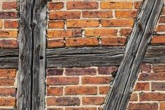 Tegelstenar och Wood stänger av den gamla väggen Royaltyfri Bild