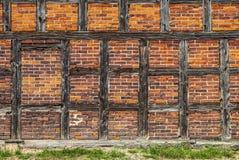 Tegelstenar och Wood stänger av den gamla väggen Royaltyfria Foton