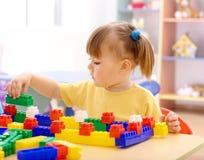 tegelstenar som bygger flickan little spelrumförträning royaltyfria foton