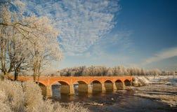 Tegelstenbro över ventafloden i Kuldiga Fotografering för Bildbyråer