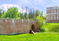 Tegelstenbron i Tsaritsyno Arkivbild
