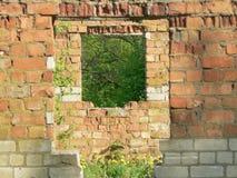 tegelstenbyggnad fördärvar stenen Arkivfoto