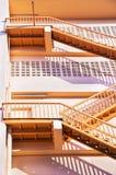 tegelstenbyggnad flyr ner trappa för ledande metall för brand modern Arkivbild