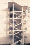 tegelstenbyggnad flyr ner trappa för ledande metall för brand modern Royaltyfri Foto