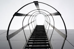 tegelstenbyggnad flyr ner trappa för ledande metall för brand modern Arkivfoto