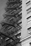 tegelstenbyggnad flyr ner trappa för ledande metall för brand modern Royaltyfri Bild