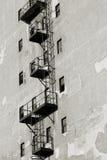 tegelstenbyggnad flyr ner trappa för ledande metall för brand modern arkivfoton