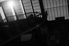 tegelstenbyggnad flyr ner trappa för ledande metall för brand modern Royaltyfri Fotografi