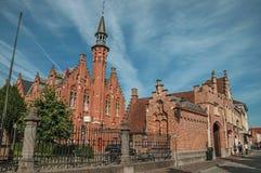 Tegelstenbyggnad i typisk Flanders stil i Bruges Royaltyfri Foto