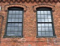 Tegelstenbyggnad och fönster Arkivfoto