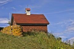 Tegelstenbyggnad på en kulle på en Sunny Day Arkivfoto