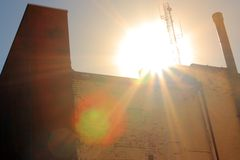 tegelstenbyggnad som kommer över sunen upp Arkivbild