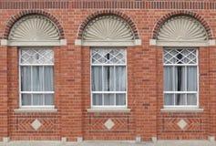 Tegelstenfönstervägg Arkivbilder