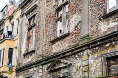 Tegelstenfasad av en gammal okammad byggnad royaltyfria foton
