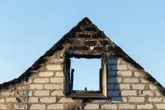 Tegelstenfronton av som bränns ner byggnad royaltyfri bild