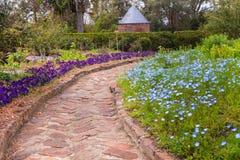 Tegelstengångbana till och med sydlig trädgård arkivfoto
