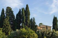 Tegelstenhus bak träden Fotografering för Bildbyråer