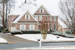 Tegelstenhus efter snö Royaltyfria Bilder