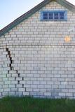Tegelstenhus med en spricka för din design arkivbild