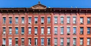 Tegelstenhus på den Manhattan aven i Greenpoint Arkivbild