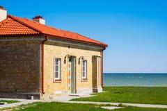 Tegelstenhus vid havet på solig dag Royaltyfri Fotografi