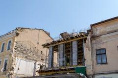 tegelstenkonstruktion som utomhus lägger lokalen Gamla byggnader under rekonstruktion Arkivfoton