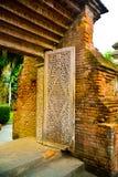 Tegelstenport till det forntida komplex- och gravvalvområdet för kunglig slott royaltyfri foto