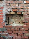 Tegelstenram av den gamla väggen med hyllan Arkivfoton