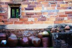 tegelstentegelstentäckning förstörde sidogammalt väggväder Royaltyfria Bilder