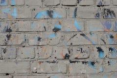 Tegelstentexturen med sprickor och skrapabakgrund arkivbilder