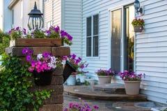 Tegelstenuteplats och pelare med blommor Royaltyfri Fotografi