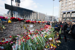 Tegelstenvägg av minnet med buketter av blommor Fotografering för Bildbyråer