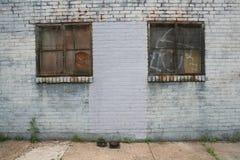 Tegelstenvägg för två Rusty Metal Windows On Painted Arkivfoto