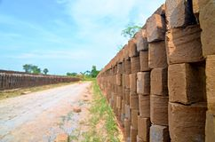 Tegelstenvägg i en liten tegelstenfabrik, Majalengka, Indonesien Royaltyfri Fotografi
