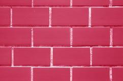 Tegelstenvägg i fuchsiarosa färger och vitfärg, Front View för bakgrund, textur Fotografering för Bildbyråer