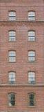 Tegelstenvägg med ärke- fönster Arkivfoton