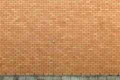 Tegelstenvägg med betonggrund Royaltyfria Bilder