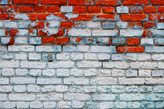 Tegelstenvägg med blåa och röda tegelstenar Arkivbild
