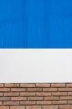 Tegelstenvägg med blåttfärgmålarfärg jpg Arkivfoton