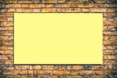 Tegelstenvägg med en affischtavla royaltyfri bild