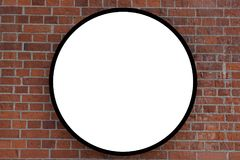 Tegelstenvägg med en stor cirkel för inskrift som annonserar royaltyfria foton