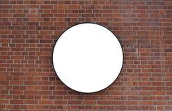 Tegelstenvägg med en stor cirkel för inskrift som annonserar royaltyfria bilder