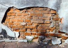 Tegelstenvägg med förstörd murbruk royaltyfria foton