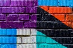 Tegelstenvägg med fragmentet av grafitti, abstrakt teckningskonstnärbild För bakgrund Begrepp av modernt iconic stads- Royaltyfri Foto