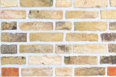 Tegelstenvägg med gula och röda stenar royaltyfri fotografi