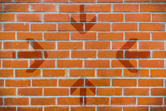 Tegelstenvägg med punkt för 4 pilar som ska centreras Royaltyfria Bilder